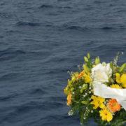 morti migranti fiori in mare