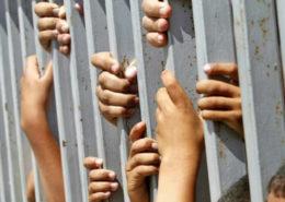 prigione_bambini_mani